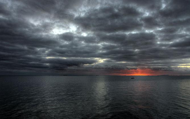 Sötét felhők a naplemente fényében