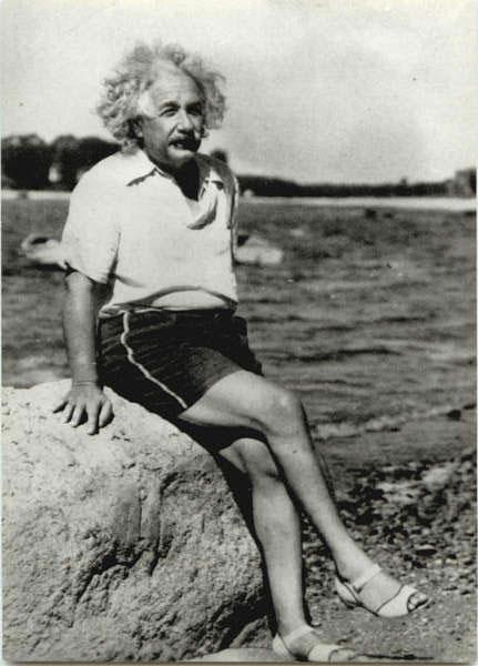 Albert Einstein női cipőben a tengerparton