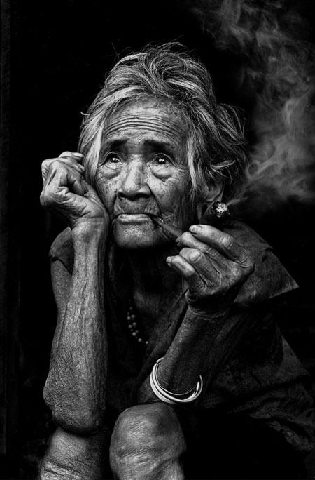 Pipázó öregasszony, fekete fehér kép
