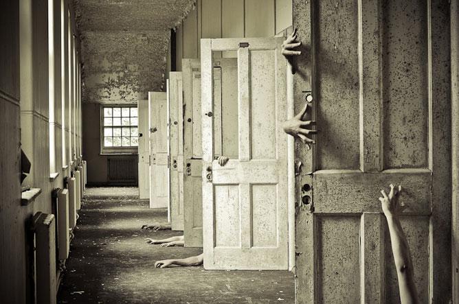 Elmegyógyintézet, pszichiátria, lepusztult épület, emberi karok