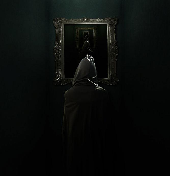 Csuklyás ember a tükörrel szemben s a tükörben tükröződve a végtelenben
