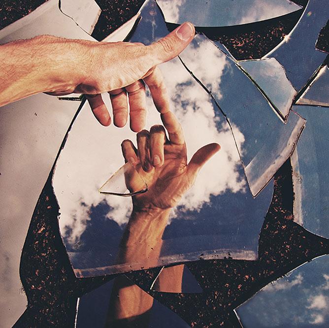 Tükörben egymásra mutató ujjak, az ember teremtése