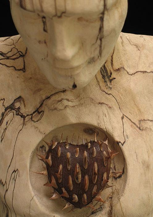 Ember formájú szobor tüskés szívvel
