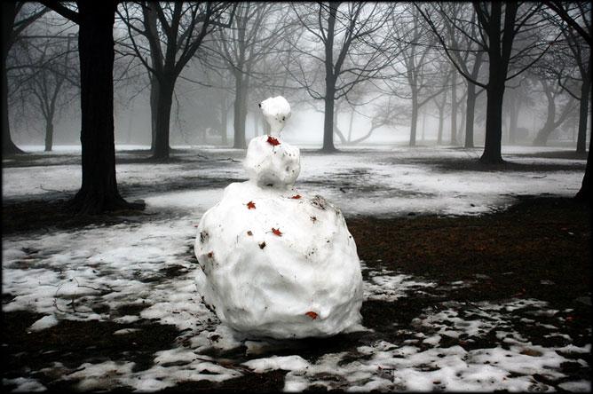 Olvadó hóember erdei fás környezetben