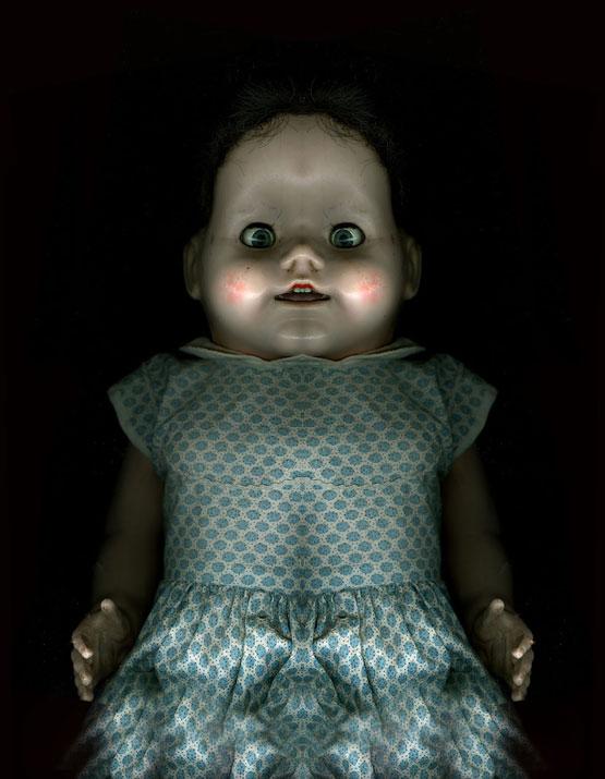 Horror hangulatú játékbaba sötét háttérrel