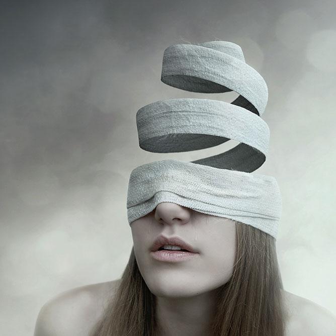 Fáslival betekert női fej, az üresség jelképes bemutatása.