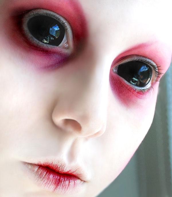 Fiatal lány démoni sötétségű szemekkel