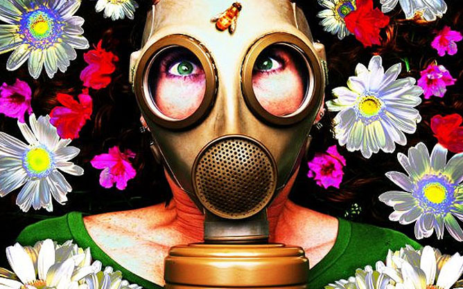 Virágok között lévő gázálarcos nő.