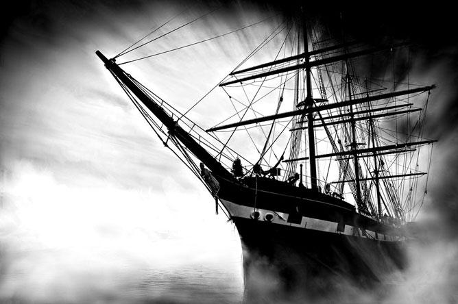 Nagy hajó a tengeren.