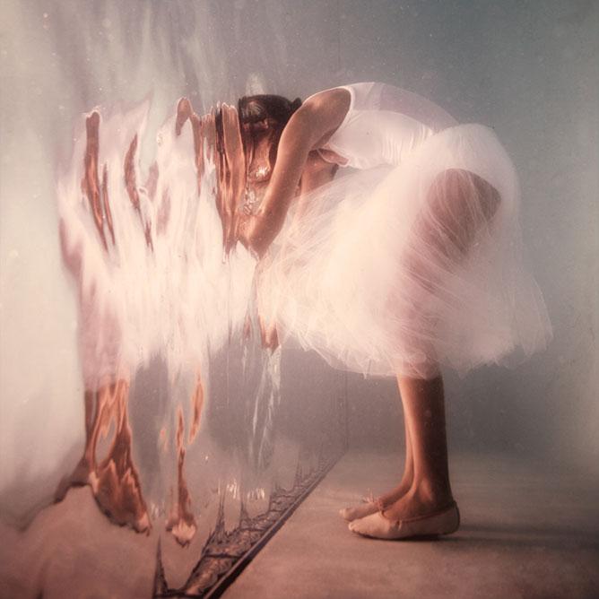 Balerina aki beleolvad a tükörképébe.