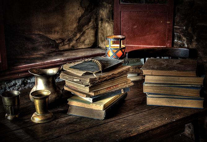 Öreg könyvek egy asztalon.