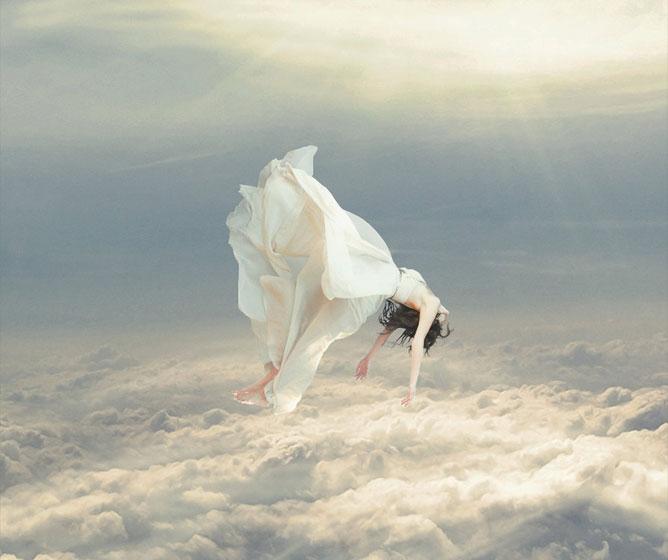 Lebegő lány a felhők felett.