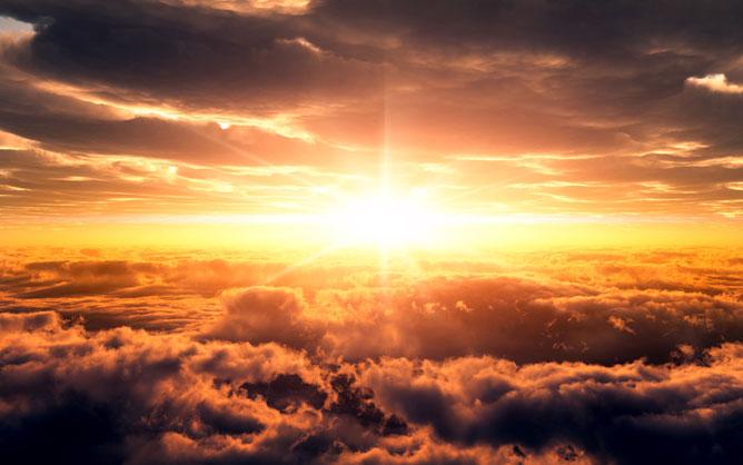 Naplemente a felhők között