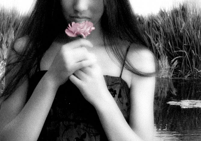 Kezében rózsát tartó lány