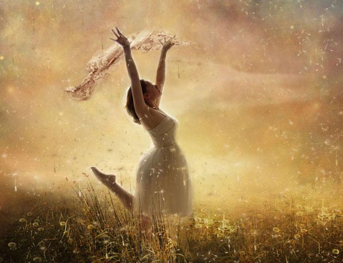 Lány fehér kendővel a réten.