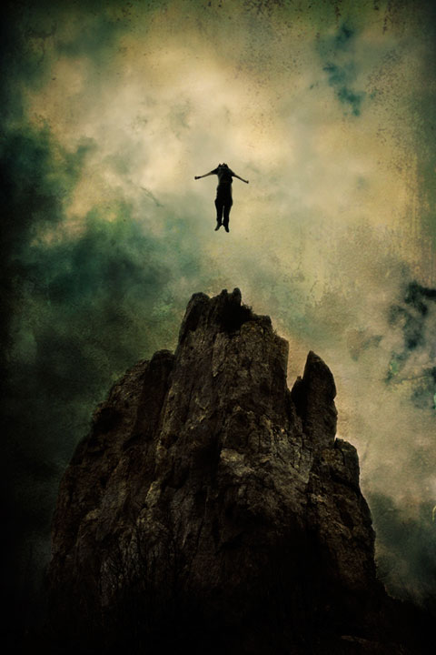 Szikla tetejéről leugró ember.