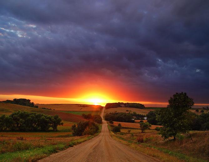 Végtelen út a naplementében.