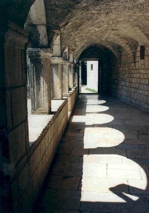 Egy kolostor folyosója.