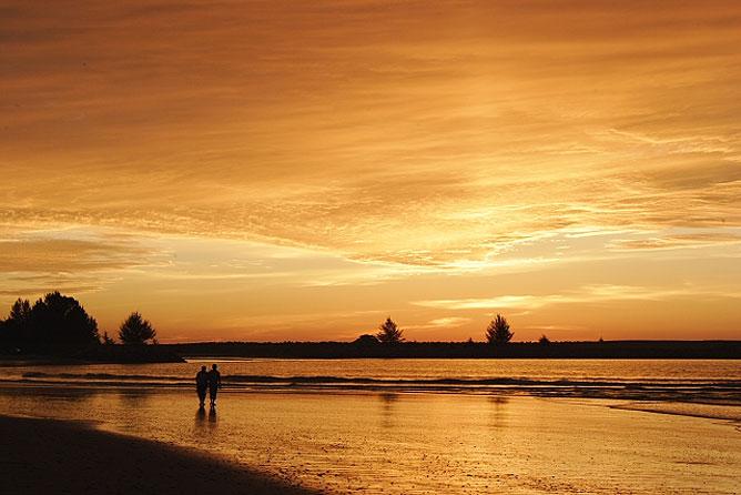 Romantikus séta a tengerparton.