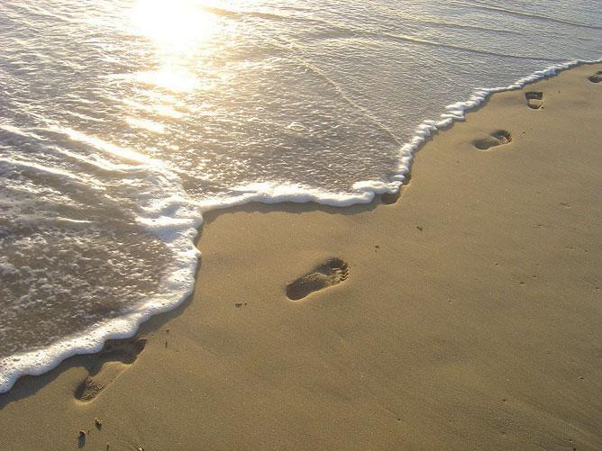 Lábnyomok a tengerparton.
