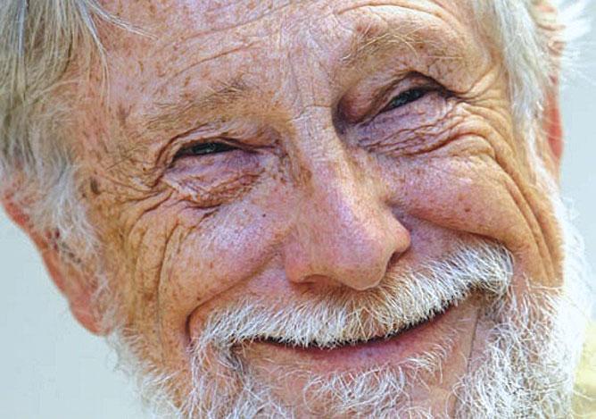 Idős nevető ember.