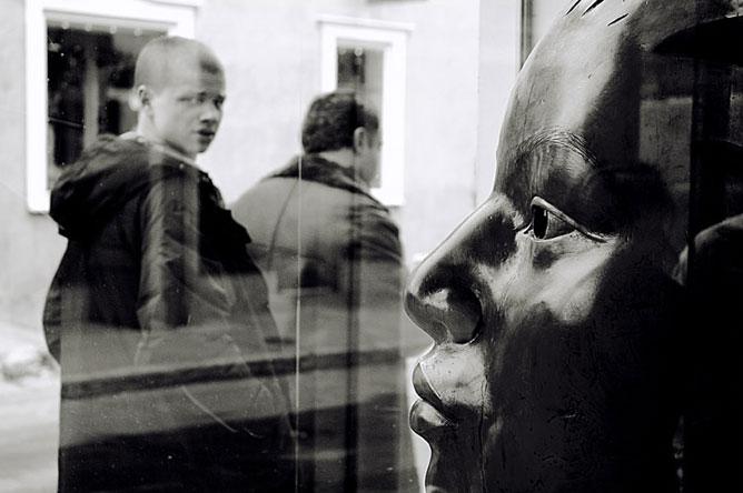 Kiállításon nézelődő gyerek.