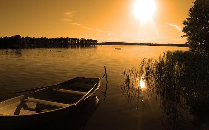 Csónak a lemenő napnál.