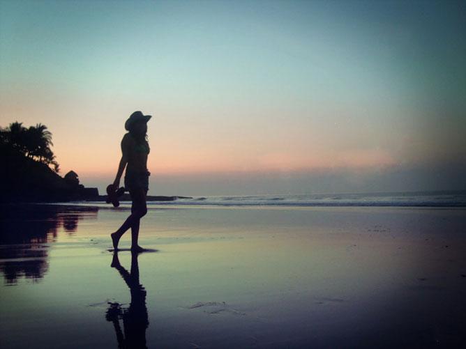 Hajnali séta a tengerparton.
