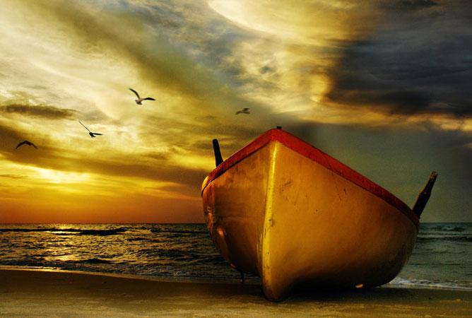 Nagy csónak a vízparton.