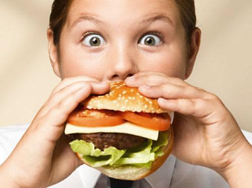 Hamburgert evő gyerek.