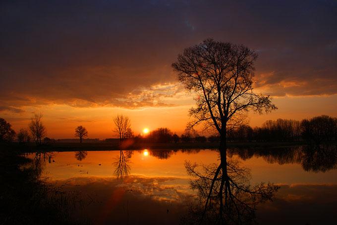 Tükröződő naplemente.