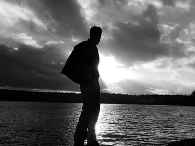 férfi a vízpartnál.