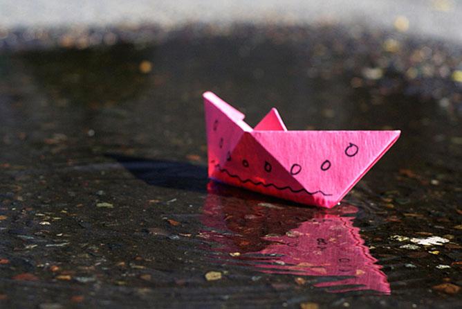 rózsaszín papírhajó.