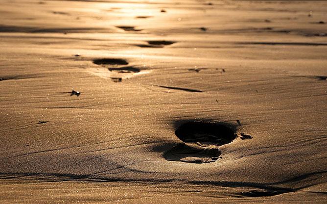 Lábnyomok a homokban.