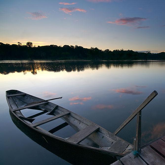Csónak a vízen.