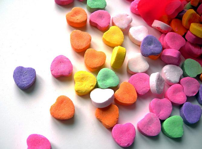 színes szívecskék.