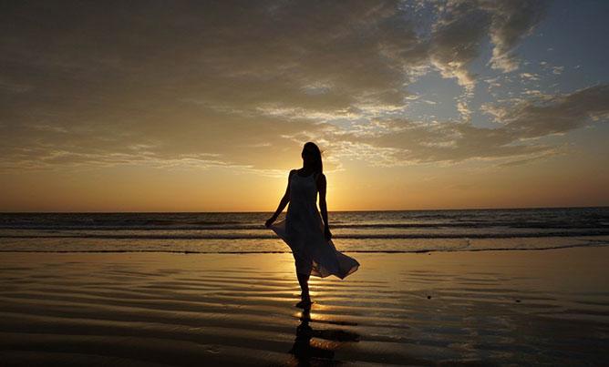 lány a tengerparton.